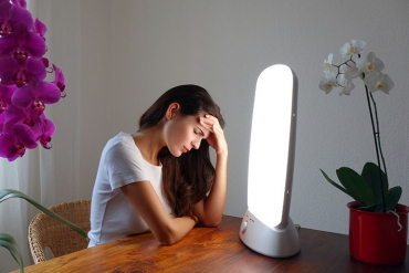 woman with seasonal affective disorder doing light therapy