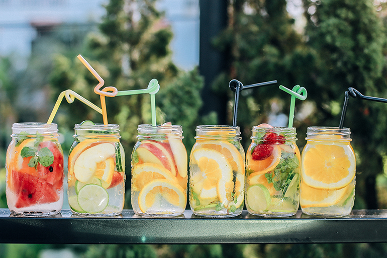 refreshing drinks for springtime on a picnic table